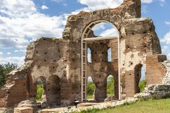 Den r?da kyrkan - f?rd?rvar av tidig bysantinsk kristen basilika n?ra stad av Perushtitsa, Bulgarien royaltyfria bilder