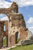Den r?da kyrkan - f?rd?rvar av tidig bysantinsk kristen basilika n?ra stad av Perushtitsa, Bulgarien royaltyfri foto