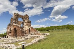 Den r?da kyrkan - f?rd?rvar av tidig bysantinsk kristen basilika n?ra stad av Perushtitsa, Bulgarien royaltyfria foton