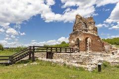 Den r?da kyrkan - f?rd?rvar av tidig bysantinsk kristen basilika n?ra stad av Perushtitsa, Bulgarien arkivbild