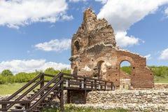 Den r?da kyrkan - f?rd?rvar av tidig bysantinsk kristen basilika n?ra stad av Perushtitsa, Bulgarien arkivbilder