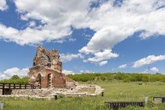 Den r?da kyrkan - f?rd?rvar av tidig bysantinsk kristen basilika n?ra stad av Perushtitsa, Bulgarien arkivfoto
