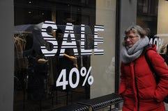 DEN 50% RABATTEN SALE PÅ NÅGOT SHOPPAR Arkivfoto