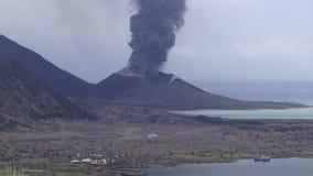 Den Rabaul Papua Nya Guinea vulkan som böljer rök, och askaen fördunklar stock video