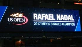 Den Rafael Nadal US Open 2017 singlar för man` s kämpar för tecknet på Billie Jean King National Tennis Center Arkivbild