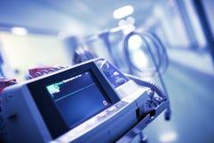 Den raka linjen med ingen ECG vinkar på bildskärmen i sjukhuset D Fotografering för Bildbyråer
