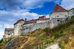Rasnov fästning i Rumänien royaltyfri bild