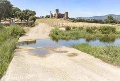 Den Ravin de la VÃbora bäcken och castilloen de las Torres rockerar på El Verklig de la Jara Arkivfoton