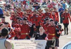 Den Rcmp marschmusikbandet ståtar in rutten Royaltyfria Bilder