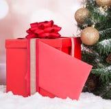 Den röda gåvan boxas Arkivfoton