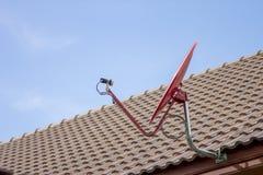 Den röda satellit- maträtten på taket Royaltyfri Fotografi