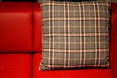 Den röda sofaen och kudder Fotografering för Bildbyråer
