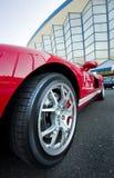 Den röda sportbilen rullar Royaltyfri Fotografi