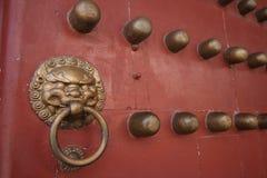 Den rebuilded yuanming slotten - röd dörr Arkivfoton