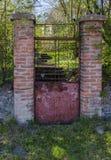 Den red ut gamla rostiga trädgårdporten, med tecknet i tjeck, det betyder: Akta sig av hund royaltyfri fotografi