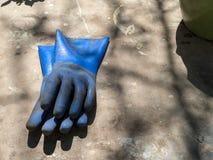 Den red ut latexet som arbeta i trädgården handskar, kasserade efter dag av bruk Arkivfoton