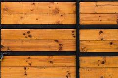 Den red ut wood dörren för den gamla ladugården med tappningjärn förser med gångjärn på ett anti- Arkivfoton
