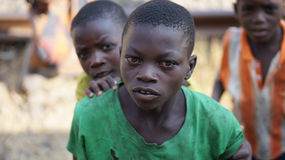Den redaktörs- fotoafrikanen berövade barnet som plirar till och med fönstren av ett passageraredrev som fotograferades i Oktober Royaltyfria Bilder