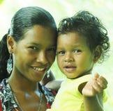 Den redaktörs- latina kvinnamodern med behandla som ett barn dottern Royaltyfria Foton