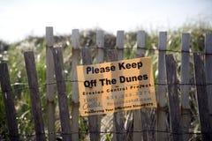 Den redaktörs- uppehället av dyn undertecknar Montauk, New York Arkivfoto