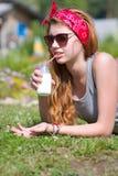 Den Redhaired flickan med flaskan av mjölkar arkivfoto