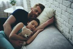 Den Redheaded enkla fadern och dottern sover arkivbild