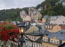 Den regniga dimmiga dagdagen i Karlovy varierar & x28; Karlsbad& x29; ovanför sikt arkivbild
