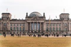 Den Reichstag byggnaden i Berlin arkivfoton