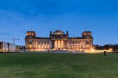 Den Reichstag byggnaden i Berlin på natten Arkivbilder