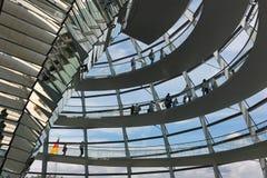 Den Reichstag kupolen är öppen för turister och andra besökare Royaltyfri Foto