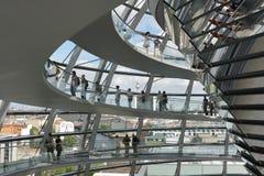 Den Reichstag kupolen är öppen för turister och andra besökare Royaltyfri Fotografi