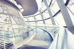 Den Reichstag kupolen är en glass kupol som överst konstrueras av den byggda om Reichstag byggnaden Arkivfoton