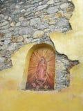Den religiösa oskulden Mary Rustic Art Sculpture Landmark sned in i den mexicanska tegelsten- och stuckaturMadonna väggen royaltyfri bild