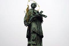 Statyn på Charles överbryggar, Prague Arkivbild
