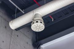 Den rena forsen av vit färgade rum för ventilationsrörinsidan royaltyfria foton