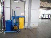 Den rengörande hjälpmedelvagnen väntar på hembiträdet eller rengöringsmedlet i gångtunneldrevstationen Ösregna och uppsättningen  Arkivbilder