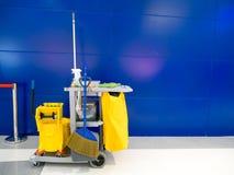 Den rengörande hjälpmedelvagnen väntar på lokalvård Ösregna och uppsättningen av lokalvårdutrustning i kontoret Royaltyfri Fotografi