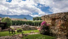 Den renoverade gården i forntida kloster fördärvar - Antigua, Guatemala Royaltyfria Foton