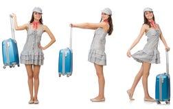 Den resande kvinnan med resväskan som isoleras på vit Arkivfoto