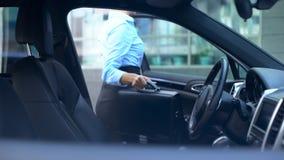 Den respektabla kvinnan får ut ur bilen som parkeras nära kontorsmitten, upptagen livsstil arkivfoto