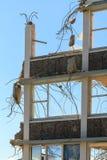 Den resterande väggen av en byggnad som demoleras Skjuten lodlinje arkivfoto