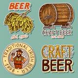 Den Retro öltrumman, den bayerska mannen, gröna flygturer, jubel rostar alkoholiserade etiketter och klistermärkear med calligrap royaltyfri illustrationer