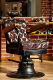 Den Retro barberaren för läderstol shoppar i tappningstil Frisersalongtema fotografering för bildbyråer