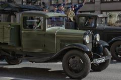 Den Retro bilen på en militär ståtar Arkivfoton
