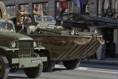 Den Retro bilen på en militär ståtar Arkivbilder