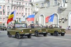 Den Retro bilen på militären ståtar arkivfoto