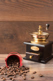 Den Retro coffieemolar, maler och kaffebönor, brun bakgrund royaltyfri bild