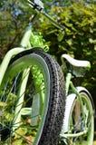Den Retro cykeln - öva mer - få ut och rida! Arkivfoto