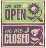 Den Retro dörren undertecknar för blomsterhandel eller skönhetsalong Royaltyfri Fotografi