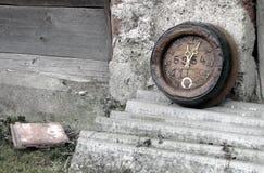 Den Retro gamla träklockan på betong pläterar bakgrund Arkivfoto